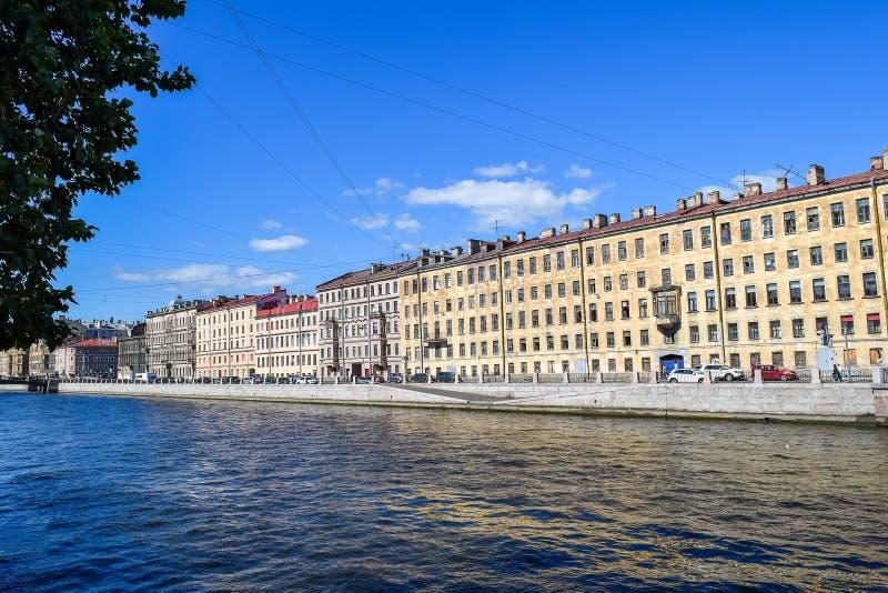 A terraplenagem do rio de Fontanka em StPetersburg fotos de stock royalty free