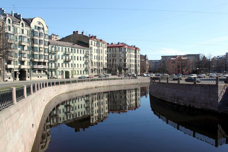 Terraplenagem do rio de Karpovka, St Petersburg imagens de stock