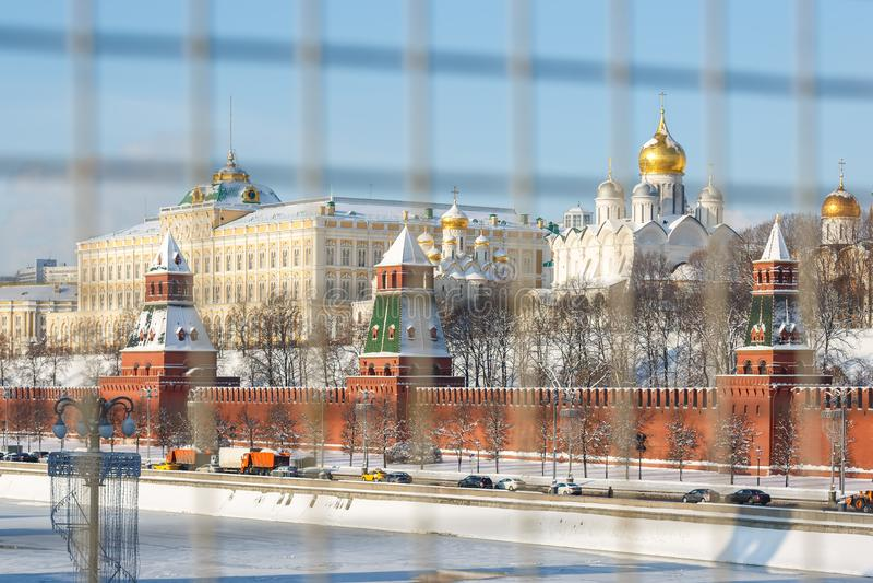 Terraplenagem do rio de Moscou, vista da parede do Kremlin, torres e igrejas no território do Kremlin de Moscou no inverno fotografia de stock