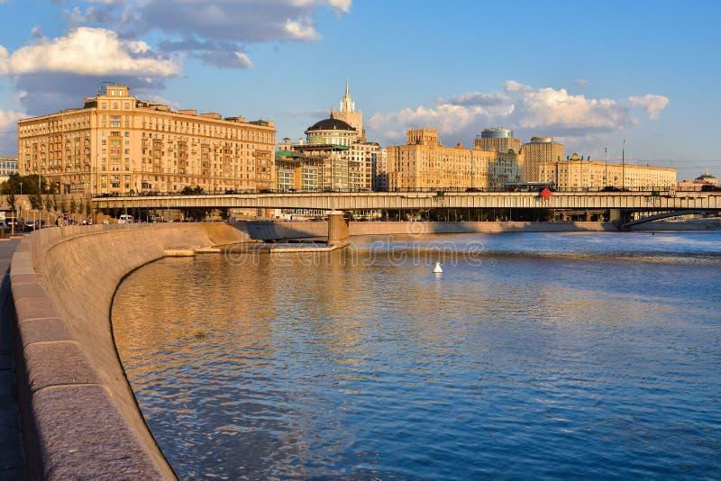 Terraplenagem do rio de Moskva fotos de stock royalty free