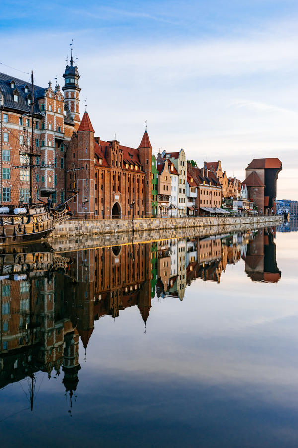 Terraplenagem do rio de Motlawa com reflexão na água, Gdansk fotografia de stock