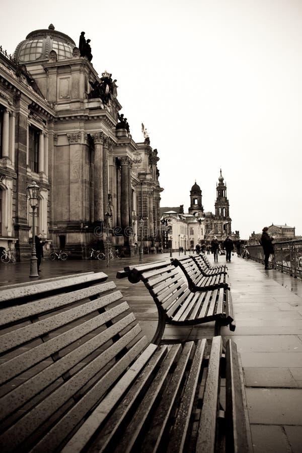 A terraplenagem do rio em Dresden fotos de stock royalty free