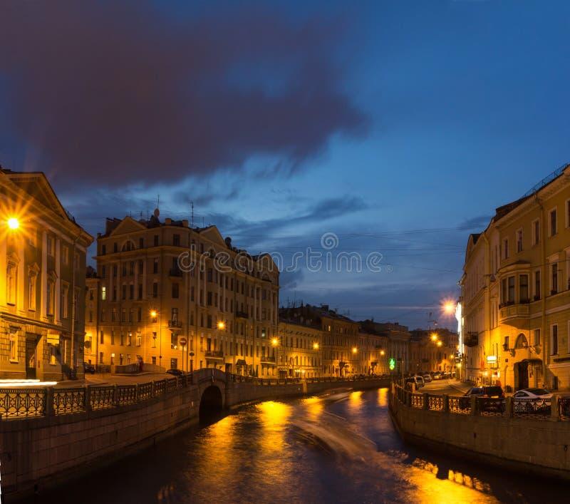 A terraplenagem do rio Moika, St Petersburg, Rússia imagem de stock