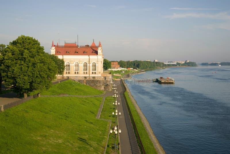 A terraplenagem do Rio Volga em uma manhã morna de julho Rybinsk, Rússia fotografia de stock