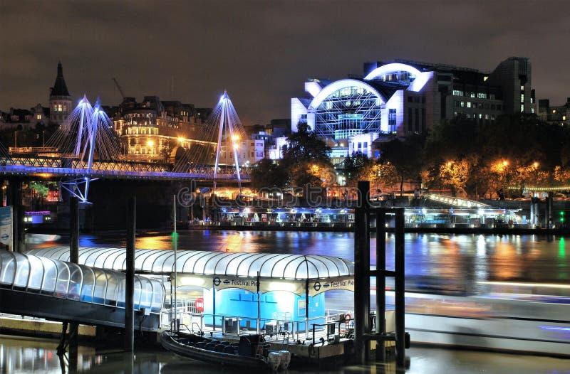 Terraplenagem e ponte de Hungerford em Londres fotos de stock