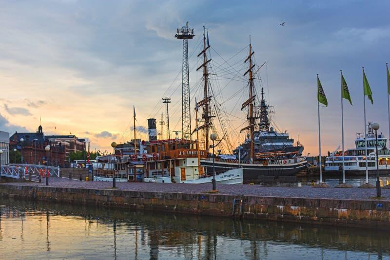Terraplenagem em Helsínquia com barcos imagem de stock