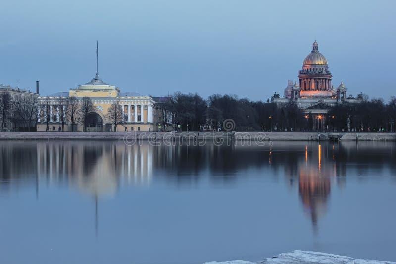 A terraplenagem inglesa, St. Isaac Cathedral, St Petersburg, Rússia foto de stock