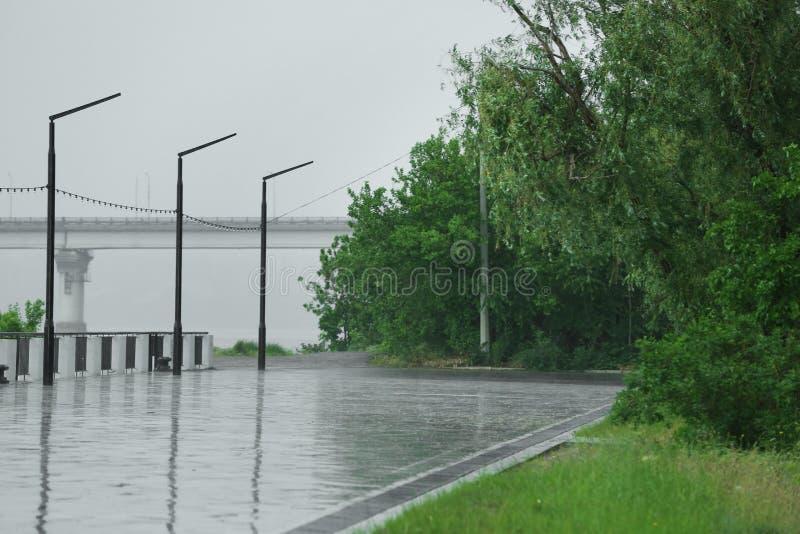 Terraplenagem vazia da cidade sob a chuva pesada na mola foto de stock royalty free