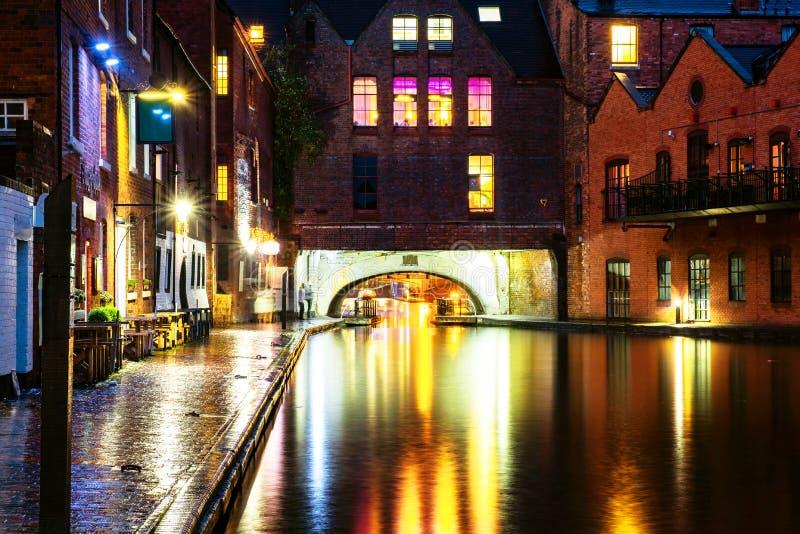 Terraplenagens durante a chuva na noite no canal famoso de Birmingham no Reino Unido fotos de stock