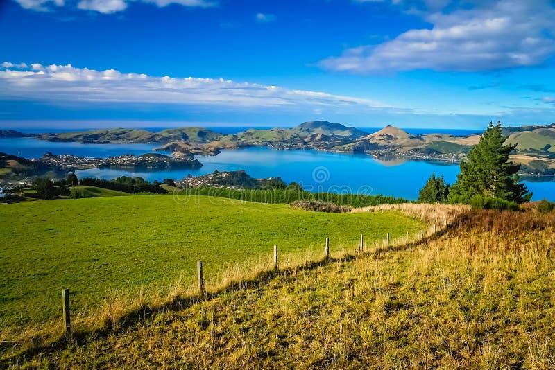 Terras acima da cidade de Dunedin em Nova Zelândia imagem de stock