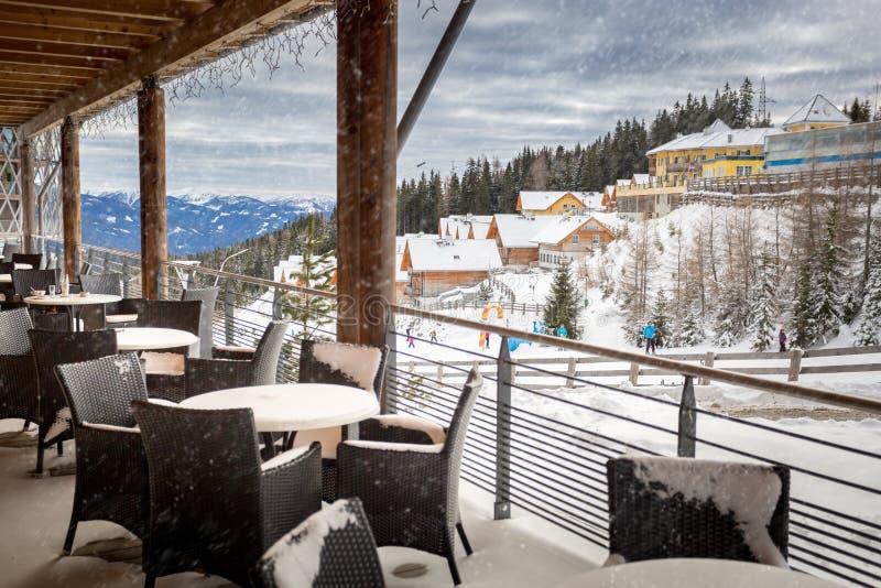 Terras door sneeuw bij het restaurant dat van de skitoevlucht wordt behandeld stock foto for Lay outs terras van het restaurant