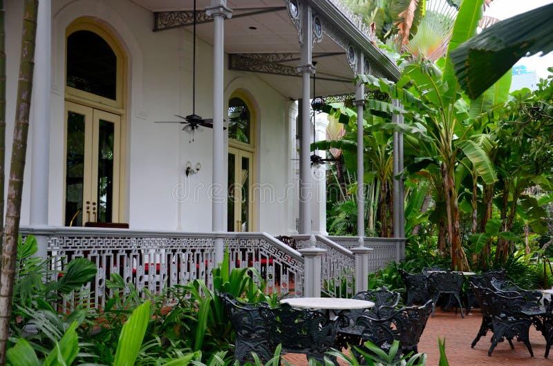 Terras en balkon met metaalmeubilair in koloniaal het plaatsen Loterijenhotel Singapore stock fotografie