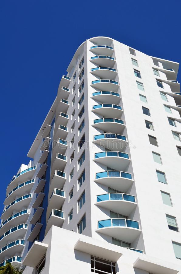 Terras en Balkonontwerp van een Modern Flatgebouw met koopflats van Luxemiami stock afbeeldingen