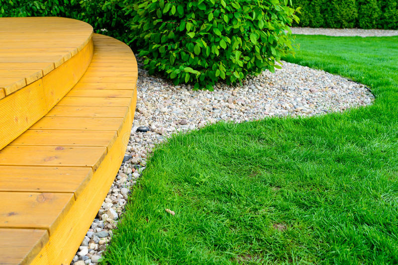 Terras in formele tuin na machtswas - heldergroen gazon stock afbeeldingen