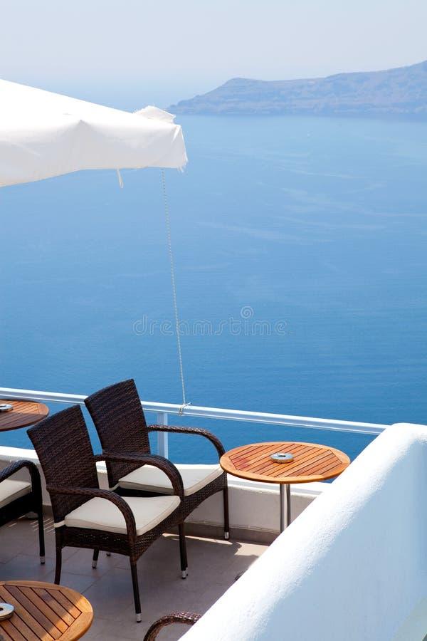 Terras in Thira, Santorini, Griekenland stock foto
