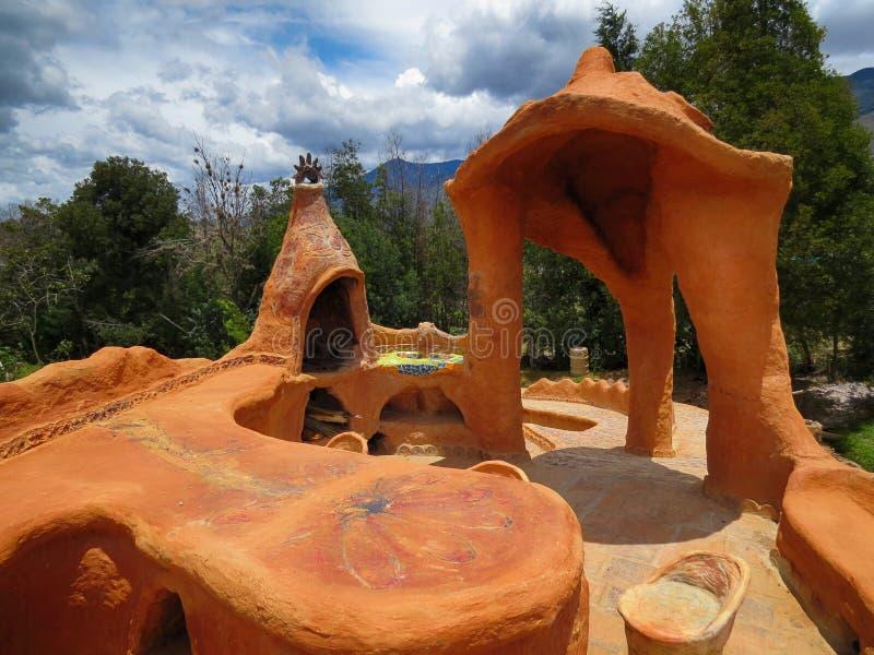 Terras van artisanaal huis met de de houten lijsten en stoelen van het oventerracotta stock afbeelding