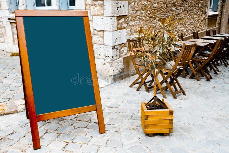 terrass för blackboardrestaurang s royaltyfri bild