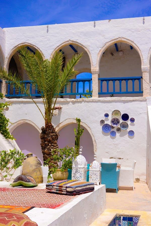 Terrass för tehus och restaurang, Djerba gatamarknad, Tunisien arkivbilder