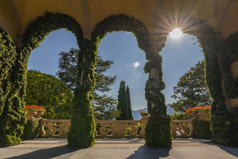 Terrass på Villa del Balbianello, ett av Star Wars filmlägen, i Lenno, Como sjö, Italien royaltyfri foto