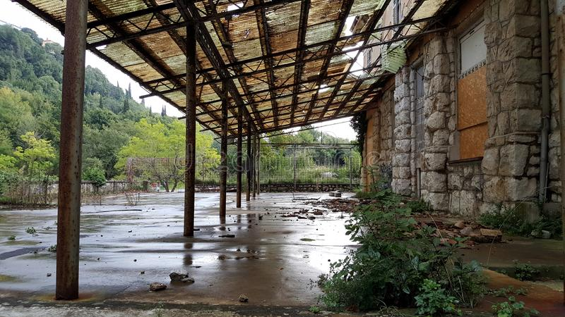 Terrasse abandonnée d'hôtel avec les fenêtres embarquées et le toit cassé photographie stock libre de droits