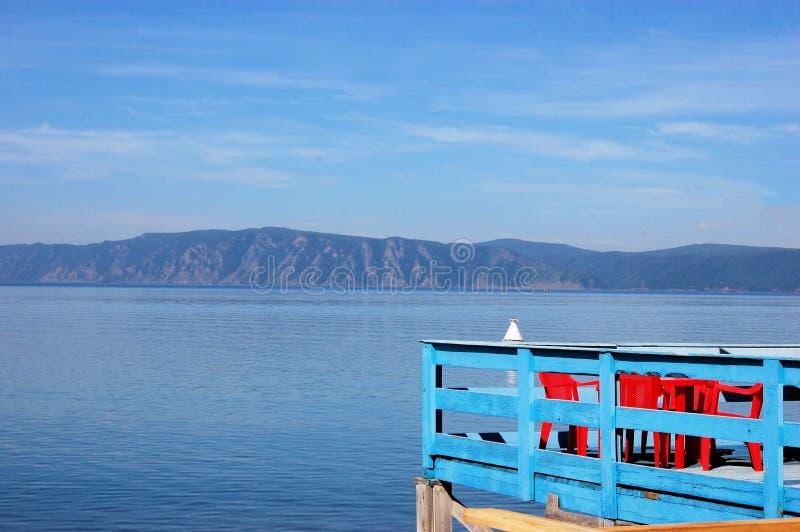 Terrasse avec la vue de côte de lac Baikal, Sibérie image stock