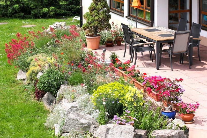 terrasse avec les meubles et le jardin de rocaille de jardin image stock image du vert. Black Bedroom Furniture Sets. Home Design Ideas