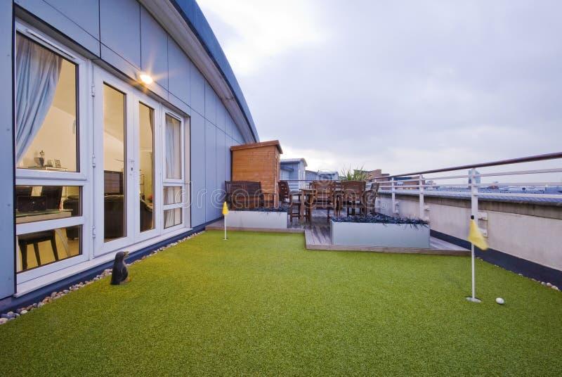 Terrasse avec un lancement de golf photos stock