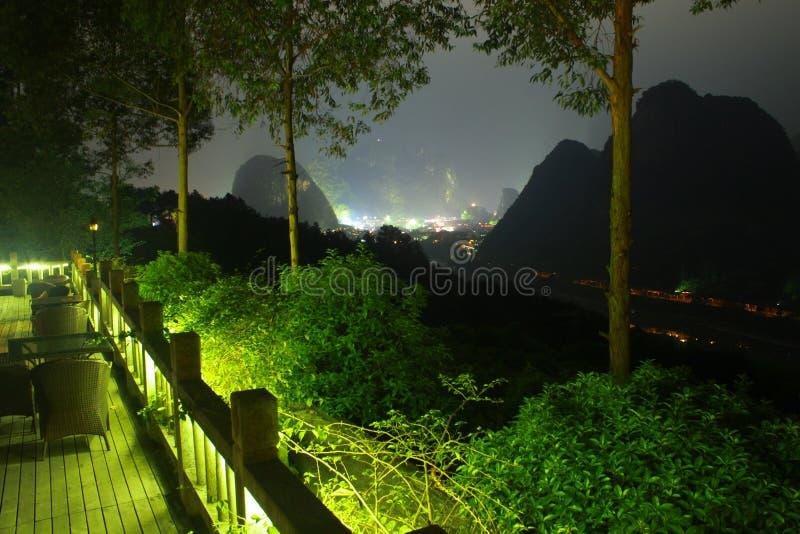 Terrasse d'hôtel de la Chine avec des montagnes la nuit photographie stock