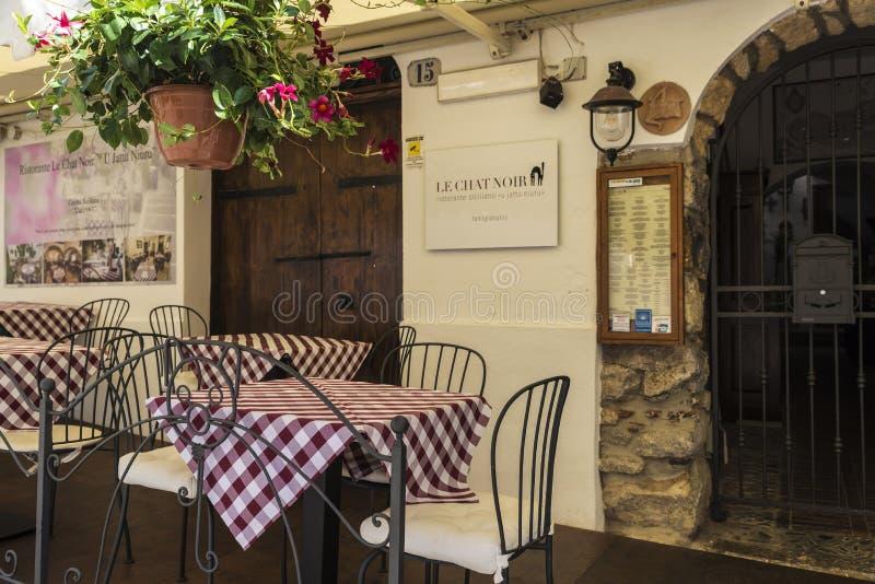 Terrasse d'un restaurant dans Cefalu en Sicile, Italie photos stock