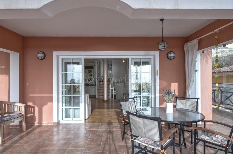 Terrasse dans la villa photographie stock