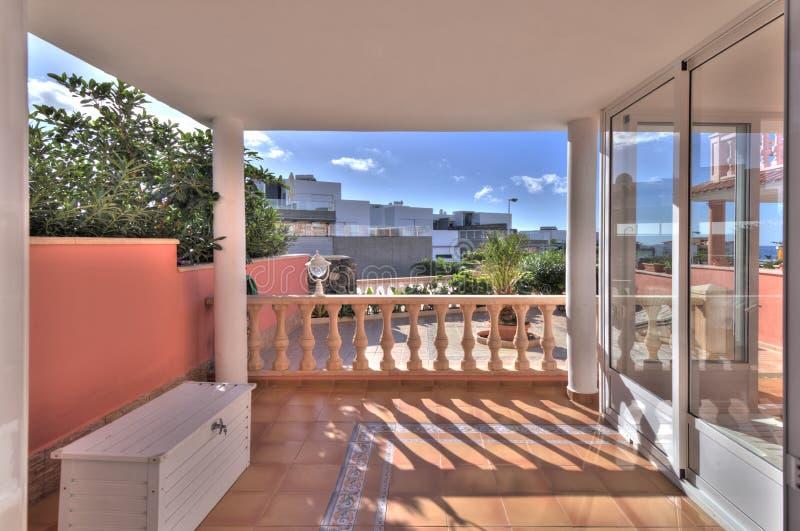 Terrasse dans la villa moderne photo libre de droits
