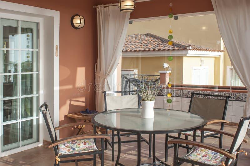 Terrasse dans la villa moderne image stock
