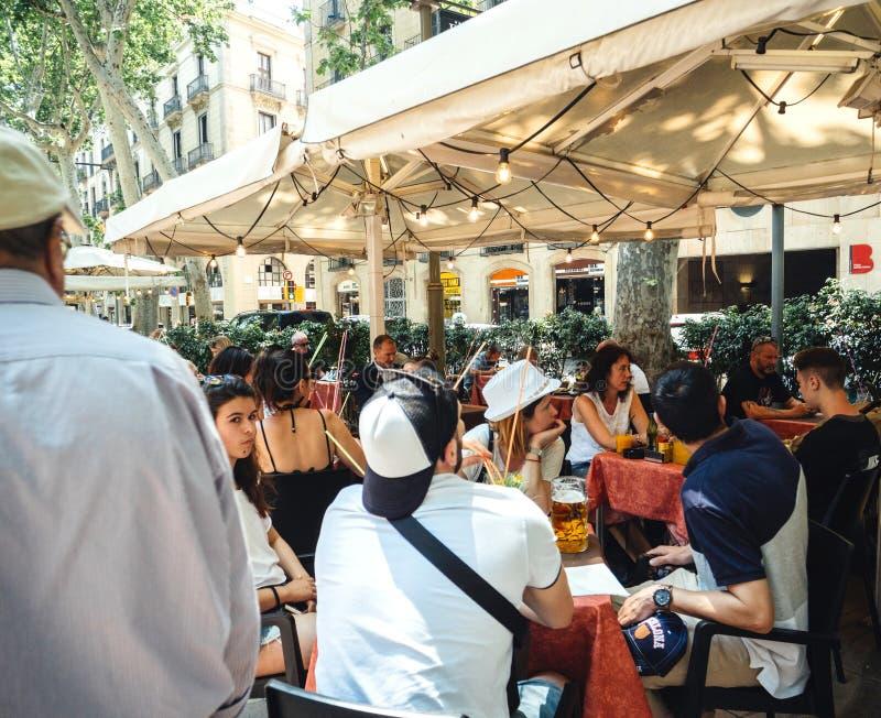 Terrasse de déjeuner de café de Rambla avec des personnes image stock