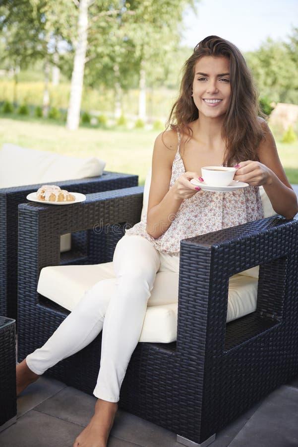 Terrasse de femme à la maison images stock