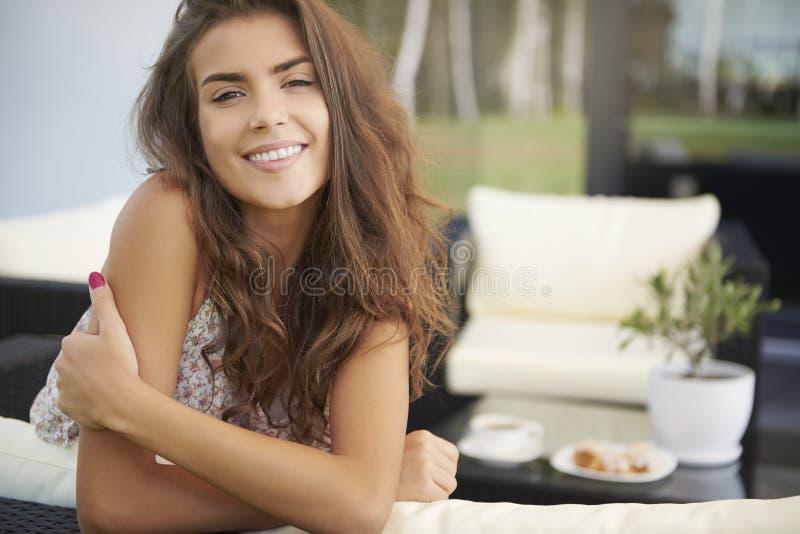 Terrasse de femme à la maison image libre de droits