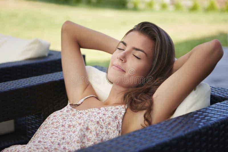 Terrasse de femme à la maison photographie stock libre de droits