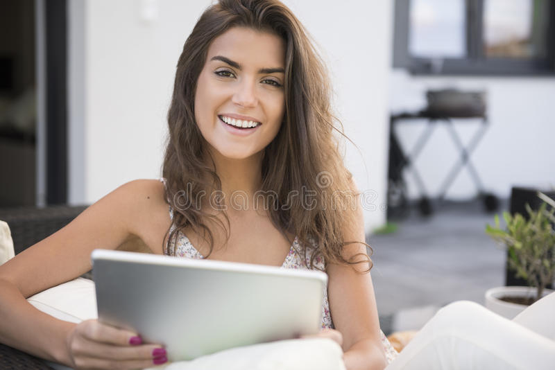 Terrasse de femme à la maison image stock