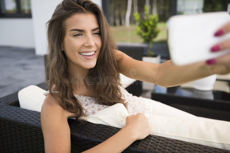 Terrasse de femme à la maison photos libres de droits