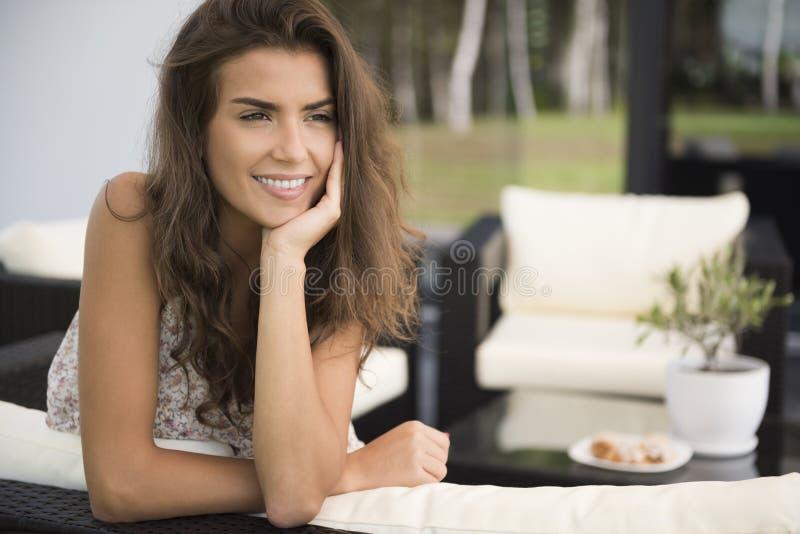 Terrasse de femme à la maison photo stock