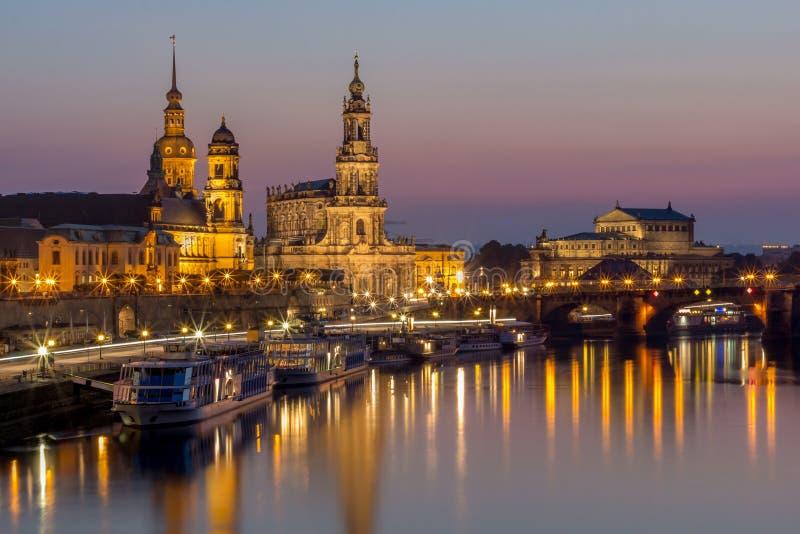 Terrasse de paysage urbain-Bruehl de nuit de Dresde, église de Hofkirche, Royal Palace, opéra de Semper images stock