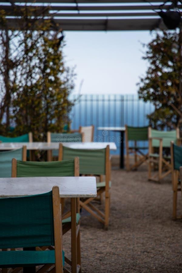 Terrasse de restaurant d'été sur le rivage avec des vues de mer photos stock