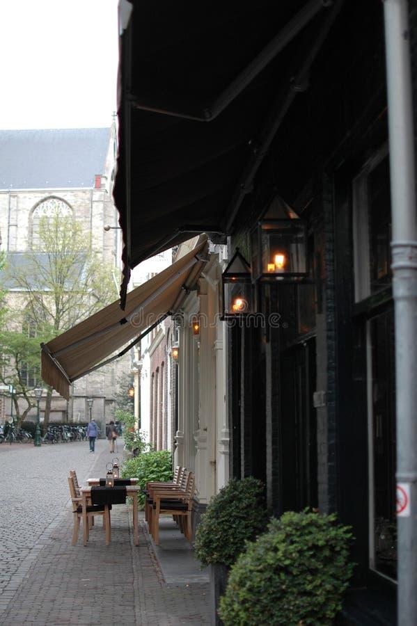 Terrasse in der Stadt von Leiden, die Niederlande lizenzfreie stockfotografie