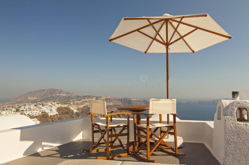 Terrasse du soleil de vue d'océan de Santorini photos libres de droits