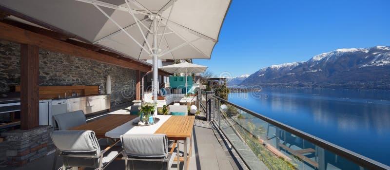 Terrasse eines Luxushauses stockbilder