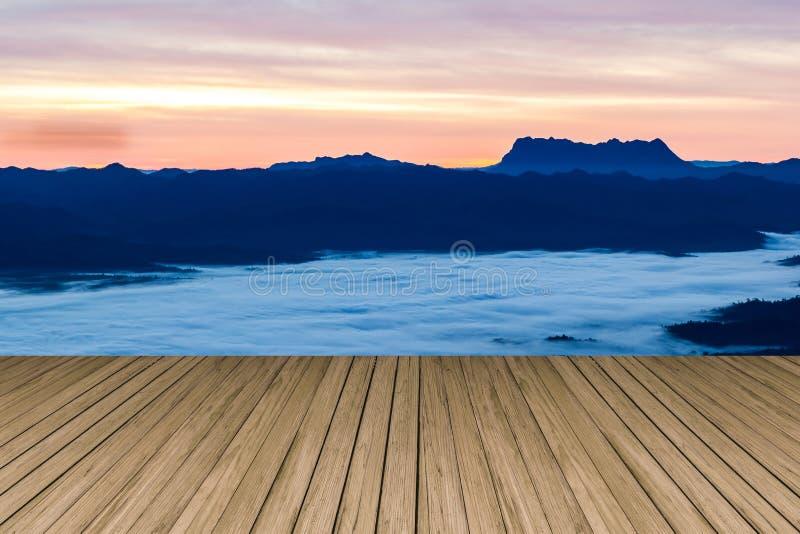 Terrasse en bois avec la vue du parc national de Huai Nam Dang photos stock