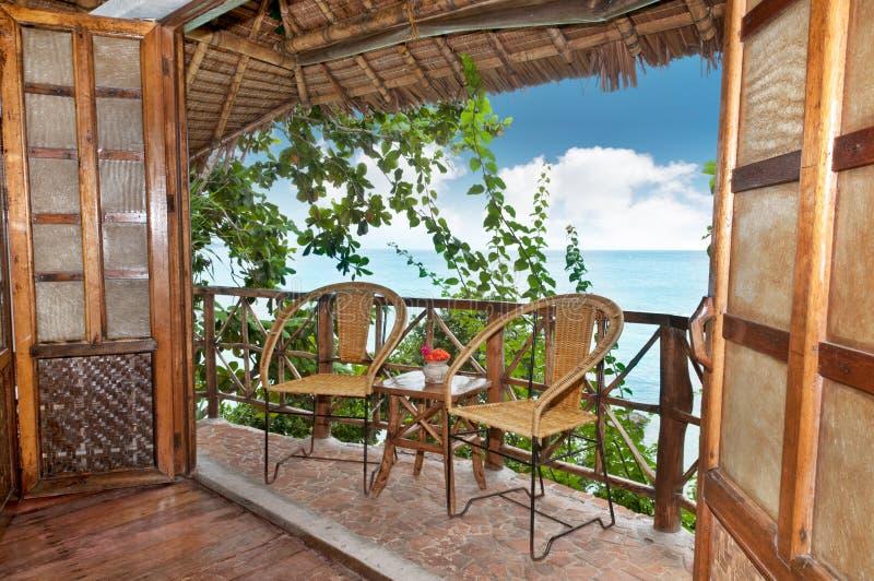 Terrasse en bois de pavillon avec la vue de mer photos stock