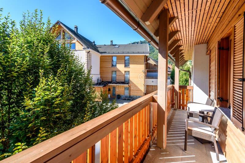 Terrasse en bois moderne - balcon avec la table et les chaises images stock