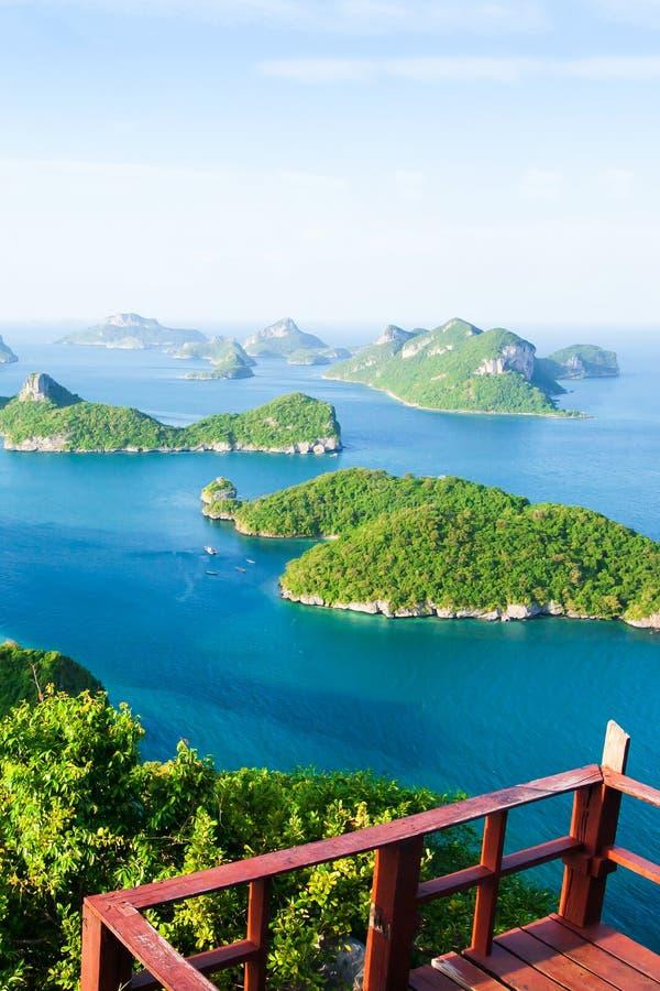 Terrasse en bois vide en haut de Koh Wua Ta Lap, vue renversante aérienne de mer bleue avec un bon nombre d'îles photos libres de droits