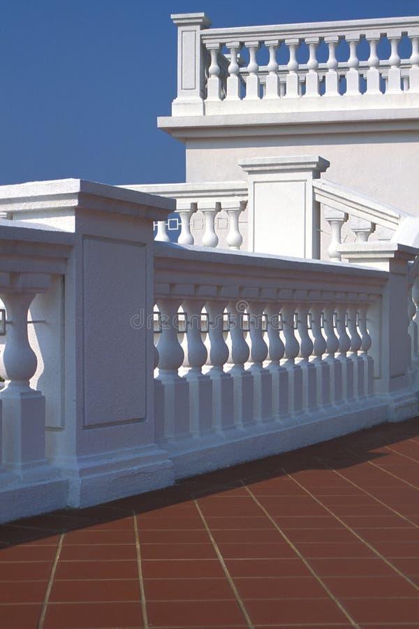 Terrasse et balustrade blanches photographie stock libre de droits