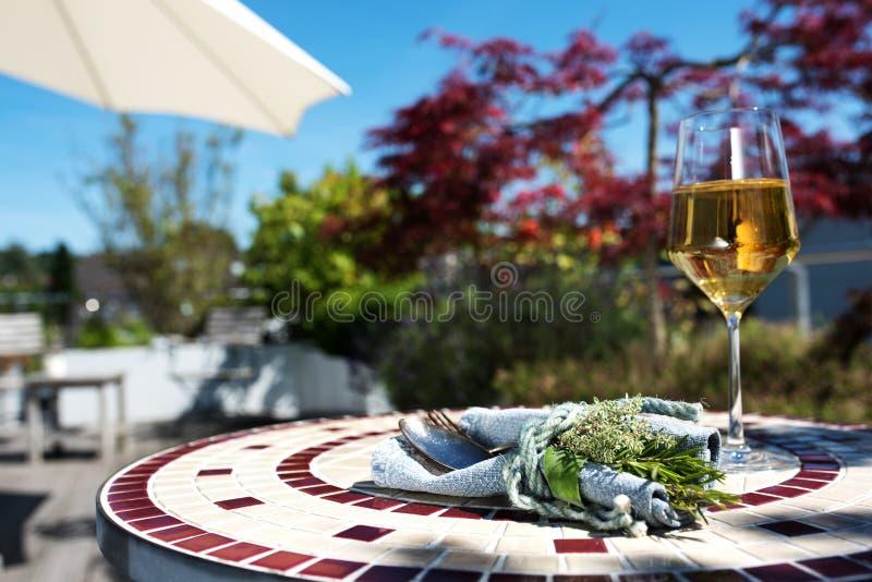 Terrasse mit Mittelmeertischschmuck lizenzfreie stockfotografie